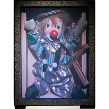 Clown marionnette dans une boîte en bois 15x20cm (par Vladimir)